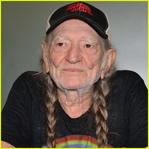 WIllie Nelson Walks Off Stage During a Concert (Video)